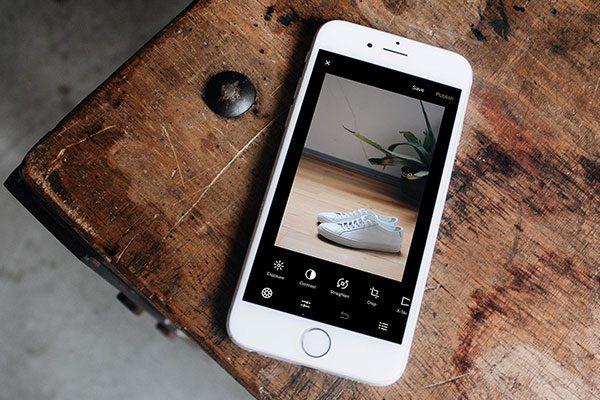 Smartphone-liegt-auf-tisch
