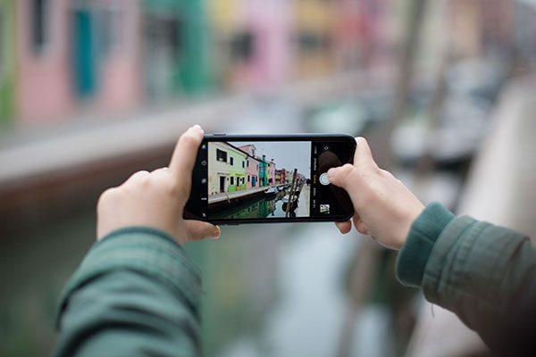 Smartphone-wird-in-den-händen-gehalten